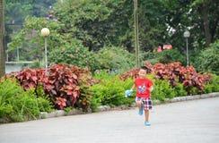Милый мальчик маленького ребенка с оружием пузыря мыла Стоковое фото RF
