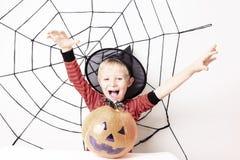 Милый мальчик на партии хеллоуина стоковое изображение