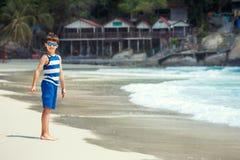 Милый мальчик на пляже белого песка тайском Стоковые Изображения