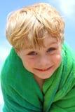 Милый мальчик обернутый в пляжном полотенце Стоковое Изображение