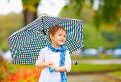 Милый мальчик ребенк с зонтиком в парке осени Стоковое Изображение RF