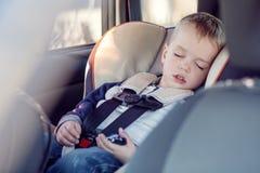 Милый мальчик спать в автомобиле Стоковое Фото