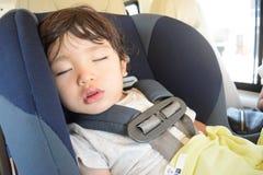 Милый мальчик спит и видит мечту Стоковая Фотография RF