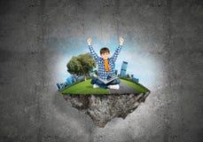 Милый мальчик школьного возраста с книгой исследуя этот большой мир Стоковое Изображение RF