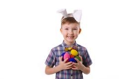 Милый молодой мальчик в изображении зайчика пасхи с яичками Стоковые Фото