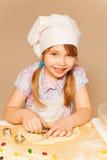 Милый молодой хлебопек режа тесто для печений Стоковые Изображения RF
