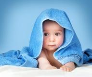 Милый младенец в полотенце стоковое изображение