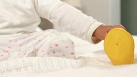 Милый младенец играя на кровати сток-видео