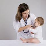Доктор и младенец стоковая фотография