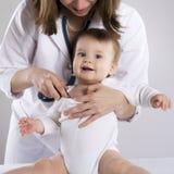 Доктор и младенец стоковое изображение