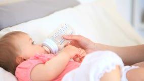 Милый младенец поданный на кровати сток-видео