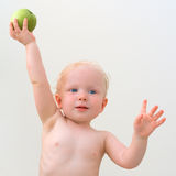 Милый младенец с зеленым яблоком Стоковое Фото