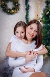 Милый обнимать дочери и матери Стоковые Изображения RF