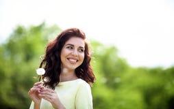 Милый ослаблять девушки внешний, имеющ потеху, держа завод, счастливую молодую даму и природу весны зеленую, концепцию сработанно Стоковая Фотография