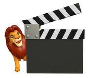 Милый персонаж из мультфильма льва с clapboard Стоковые Изображения