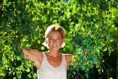 Милый портрет женщины с ветвями дерева Стоковые Фотографии RF