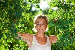 Милый портрет женщины с ветвями дерева Стоковое Изображение