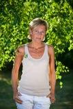 Милый портрет женщины с ветвями дерева Стоковая Фотография