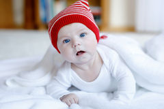 Милый прелестный ребенок младенца с крышкой зимы рождества на белой предпосылке Стоковая Фотография