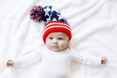 Милый прелестный ребенок младенца с крышкой зимы рождества на белой предпосылке Стоковая Фотография RF
