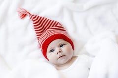 Милый прелестный ребенок младенца с крышкой зимы рождества на белой предпосылке Стоковые Изображения RF