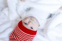 Милый прелестный ребенок младенца с крышкой зимы рождества на белой предпосылке Стоковые Изображения
