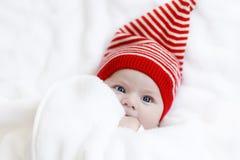 Милый прелестный ребенок младенца с крышкой зимы рождества на белой предпосылке Стоковое фото RF