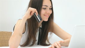 Милый предприниматель девушки делает приобретение онлайн сток-видео
