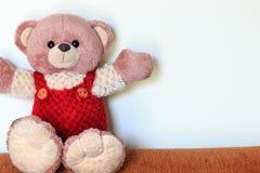 Милый плюшевый медвежонок сидя на софе Стоковые Изображения RF