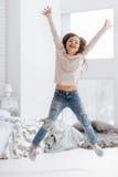 Милый радостный скакать девушки Стоковые Фотографии RF