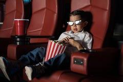 Милый ребенк смотря кино 3D стоковое фото rf