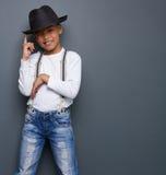 Милый ребенк усмехаясь с шляпой стоковое изображение rf