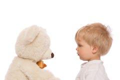 Милый ребенок и плюшевый медвежонок Стоковое Изображение RF