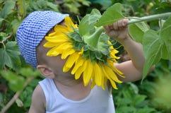 Милый ребенок с солнцецветом Стоковые Фотографии RF