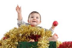 Милый ребёнок внутри коробки с орнаментами рождества Стоковые Фотографии RF