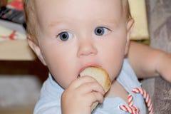Милый ребёнок есть хлеб стоковая фотография
