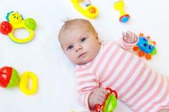 Милый ребёнок играя с красочными игрушками трещотки Стоковое Фото