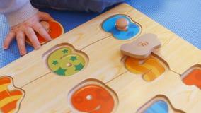 Милый ребёнок играя с номерами сток-видео