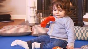 Милый ребёнок играя с телефоном игрушки видеоматериал