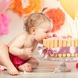 Милый ребёнок празднует день рождения один год стоковые изображения