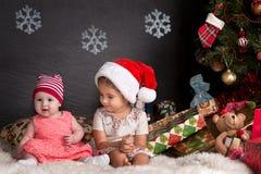 Милый ребёнок сидя на половике в интерьере рождества Стоковые Фото