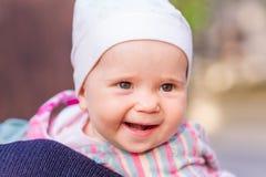 Милый ребёнок смотря вне от задней части матери Стоковые Фотографии RF