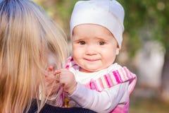 Милый ребёнок смотря вне от задней части матери Стоковое фото RF