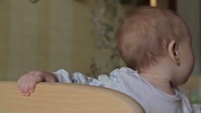 Милый ребёнок стоя в шпаргалке сток-видео