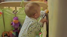 Милый ребёнок стоя в шпаргалке видеоматериал