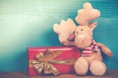Милый северный олень рождества с подарком в винтажном стиле Стоковое Изображение