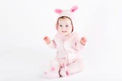 Милый смешной младенец одетый как зайчик пасхи Стоковая Фотография