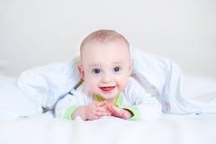 Милый смешной смеясь над младенец играя peekaboo стоковые изображения rf