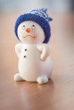 Милый снеговик на деревянном столе Стоковые Фотографии RF