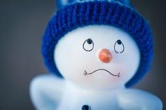 Милый снеговик на деревянном столе Стоковая Фотография